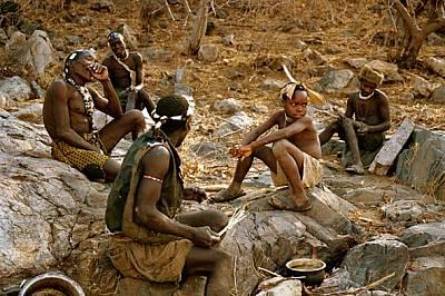 Онвас (крайният вляво) си разменя шеги с мъжете и момчетата от своя лагер, докато чакат да се свари отровният сок от пустинна роза, с който мажат стре...