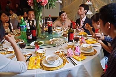На сватбено тържество в Шанхай, Китай, супата от перки на акула символизира богатство и престиж. В миналото малцина си позволявали този деликатес. Дне...