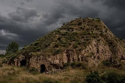 Небето притъмнява над вход на пещера в Беналуа, планинско село в южна Испания.