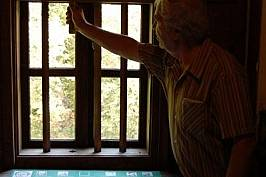 """Нашият гид в село Голям извор Борис Василев ни показва как уж неподвижните дървени решетки на прозорците в """"Старото школо"""" се вдига..."""