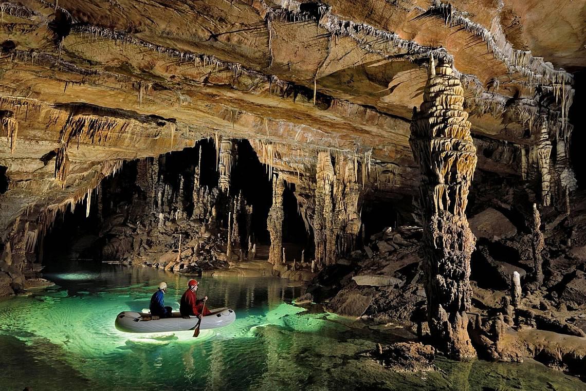 Пещерата Крижна яма Разположена на 8272 метра под земята Крижна яма е дълбока почти толкова, колкото Еверест е висок – въпреки тов...