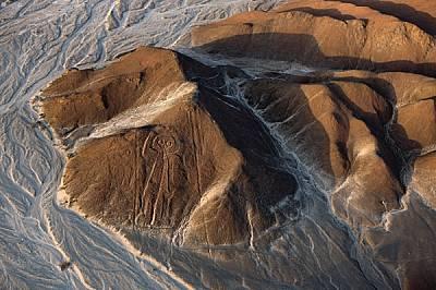 Трийсетметровата фигура, която се взира със своите бухалски очи от склона на един хълм, може да е дело на народа паракас, който обитавал района преди...