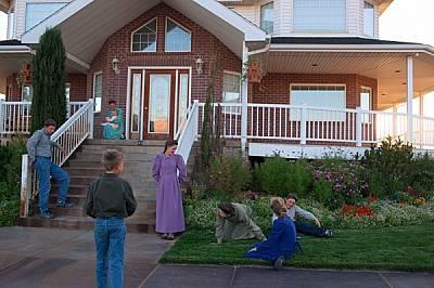 Самоуверена и енергична, Мелинда Джефс (коленичила) играе с децата на семейството пред дома им в Колорадо Сити, Аризона. Мелинда казва, че се радва на...