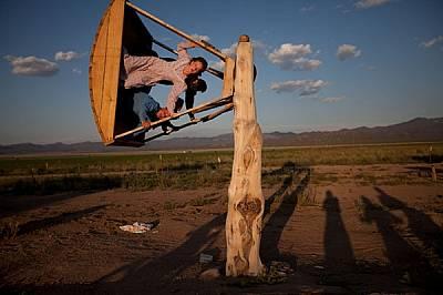 След като е помогнала за събирането на сеното, 16-годишната Амбър Барлоу се люлее на самоделна люлка заедно с приятели от ранчото с площ 1600 хектара,...