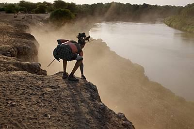 Старейшина от племето кара, чието тяло е украсено със стрити минерали, се е надвесил над река Омо привечер. Неговият народ някога контролирал земите о...