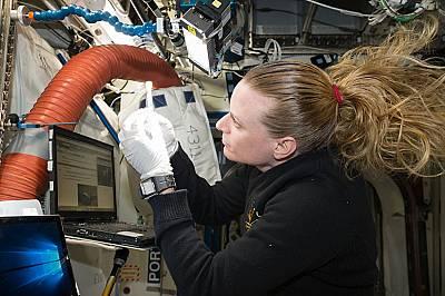 Астронавтът на НАСА Кейт Рубинс идентифицира микроби