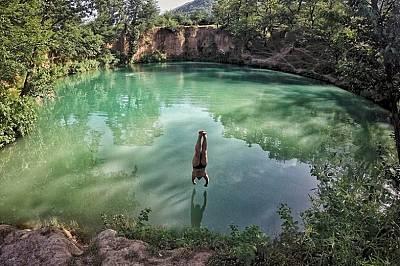 Гмурни сеЕзеро в Северен Иран, привличащо доста жалещи да се охладят във водите му