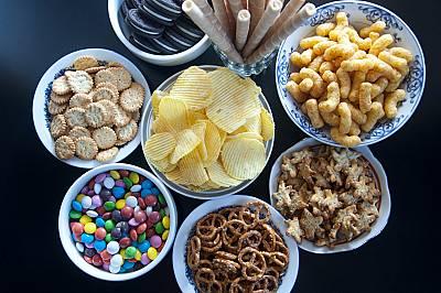 ПАКЕТИРАНИТЕ ХРАНИВсяка храна в пластмасова опаковка или пакетирана, е създадена да издържи с месеци, без да се развали. Смята се, че тези храни увели...