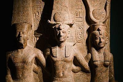 Рамзес II, един от най-известните египетски фараони, заобиколен от бог Амон и богиня Мут. Двете божества са покровители на град Тива