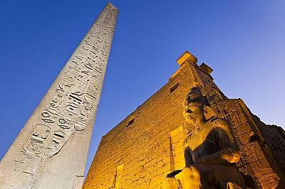 Йероглифите са гравирани върху някои или и върху четирите страни и включват имената и титлите на фараона и посвещение към боговете.