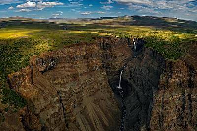 """Водопадите Канда се спускат от платото Путорана в сибирския резерват """"Путорана"""", основан през 1988 г. Там живеят лосове, вълци, ел..."""