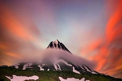 Слънцето изгрява над вулкан в Камчатка.