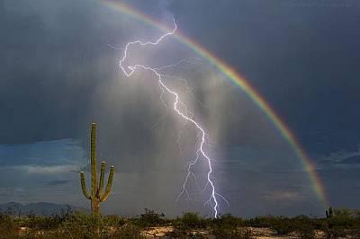 """Светкавица и дъга""""След 7 години опити най-сетне направих моята снимка – на светкавица и дъга"""", Грег Маккаун. ..."""