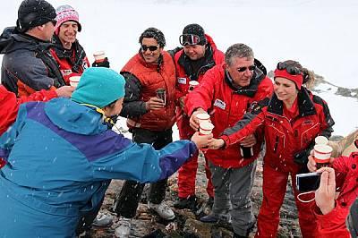 Полярни изследователи от българския антарктически екип и техни чуждестранни колеги вдигат наздравица по случай настъпването на новата 2010 година. &am...
