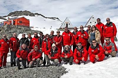 Членовете на българския антарктически екип от изследователски сезон 2009/2010 г. заедно с живелите и работили в българската база 7 чуждестранни учени...