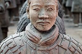 Все още със следи от първоначалните цветове, облечен в пластинчата ризница воин се е изправил сред около 6000 глинени фигури, открити в един-единствен...