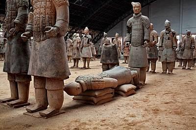 Положен по очи върху торби с пясък, воин очаква да бъде реставриран близо до разкопките на погребалния комплекс на Цин Шъ Хуанди. Цин изпитвал ужасен...