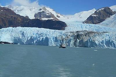 Корабче пред ледник Спегазини