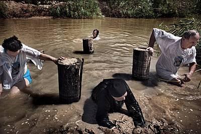 Нагазили смело в замърсените води по долното течение на р. Йордан, поклонници от Русия търсят духовно просветление край мястото, където бил кръстен Ии...