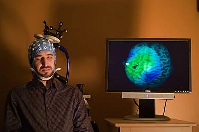 Какво разграничава съня от будното състояние? Симон Сарасо - изследовател от Университета в Мадисън (Уисконсин, САЩ), демонстрира устройство, което тъ...