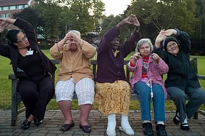 Рехабилитаторката Карина Лареки (в левия край) извежда пациенти за сутрешни упражнения в Еврейския дом в Ривърдейл, Ню Йорк. Тъй като страдащите от де...