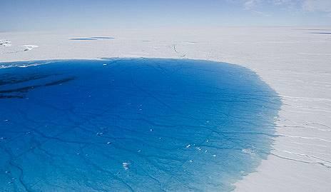 Летен блусВсяко лято водата от топенето се събира в езерца в долния край на ледения щит на Гренландия. Високият и студен център на щита остава замръзн...