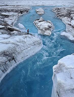 УскоряванеКогато разливащата се по ледовете на Гренландия вода се процеди до сушата под тях, леденият щит започва да се плъзга към морето по-бързо - е...