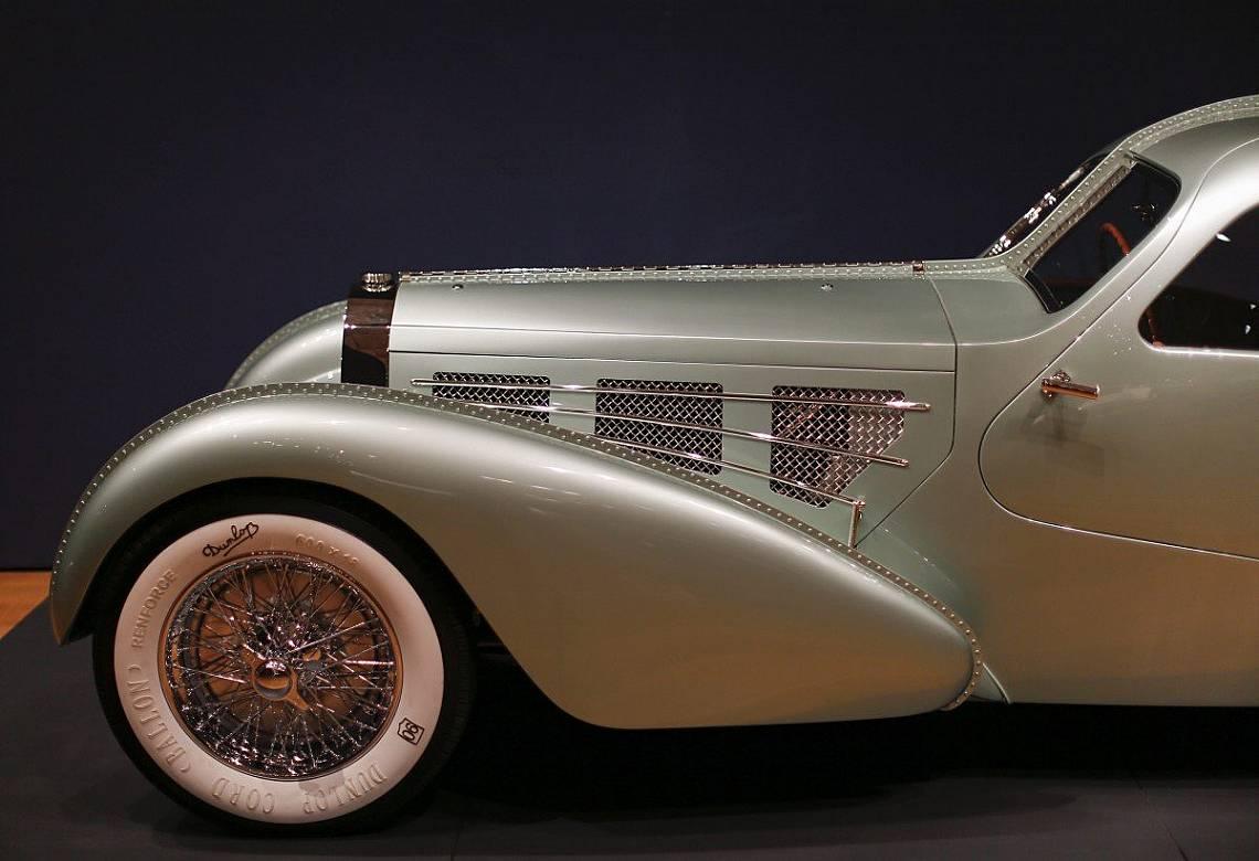 """Bugatti Type 57S Competition Coupe Aerolithe от 1935 г. по време на изложбата """"Автомобили на мечтите: иновативен дизайн, идеи за визионерство"""" в музей..."""