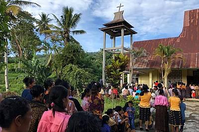 Отдалеч се чуваше гласът на пастора, а миряните пригласяха в хор