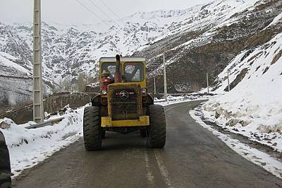 Ден 1 – На обиколка за разузнаване на снега и обстановката, а това е основният снегорин на пътя между курортите Дизин и Шемшак.