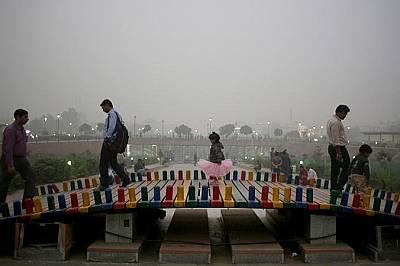 Разходка в парка. Снимката изглежда зловеща заради смога.