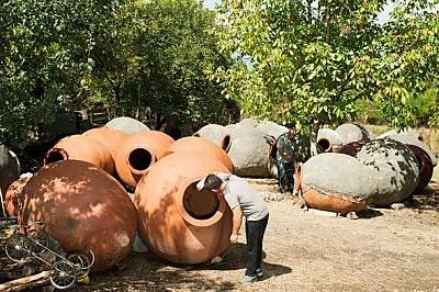 Грузинските винари още използват големи съдове като тези.