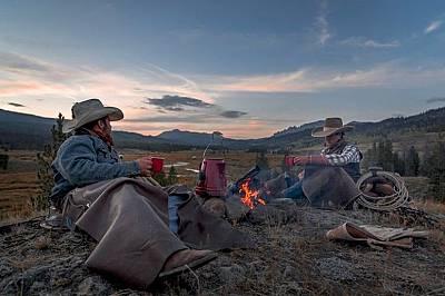 Край огъняРандъл и Калеб седят мълчаливо край огъня, пиейки кафе. Енергията, която носиязденето на кон покой река Уинд, е заразна