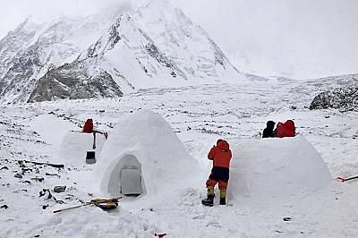 Екипът на Чикон направил три иглута, които са с 10 до 15 градуса по-топли от зимните палатки