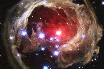 Червеният свръхгигант V838 Monocerotis уловен от телескопа Hubble.
