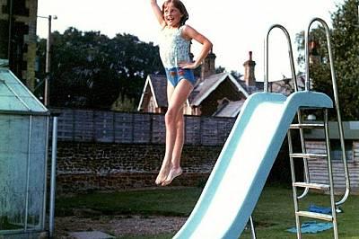 Винаги със стил, дори когато скача в семейния басейн в Парк Хаус.Винаги със стил, дори когато скача в семейния басейн в Парк Хаус, принцеса Даяна пока...