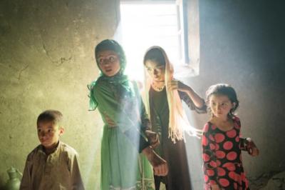 Ид ал АдхаВ село Калахе Панджа, Афганистан, децата се събират рано сутринта на мюсюлманския празник Ид ал Адха, празникът на жертвоприношението....