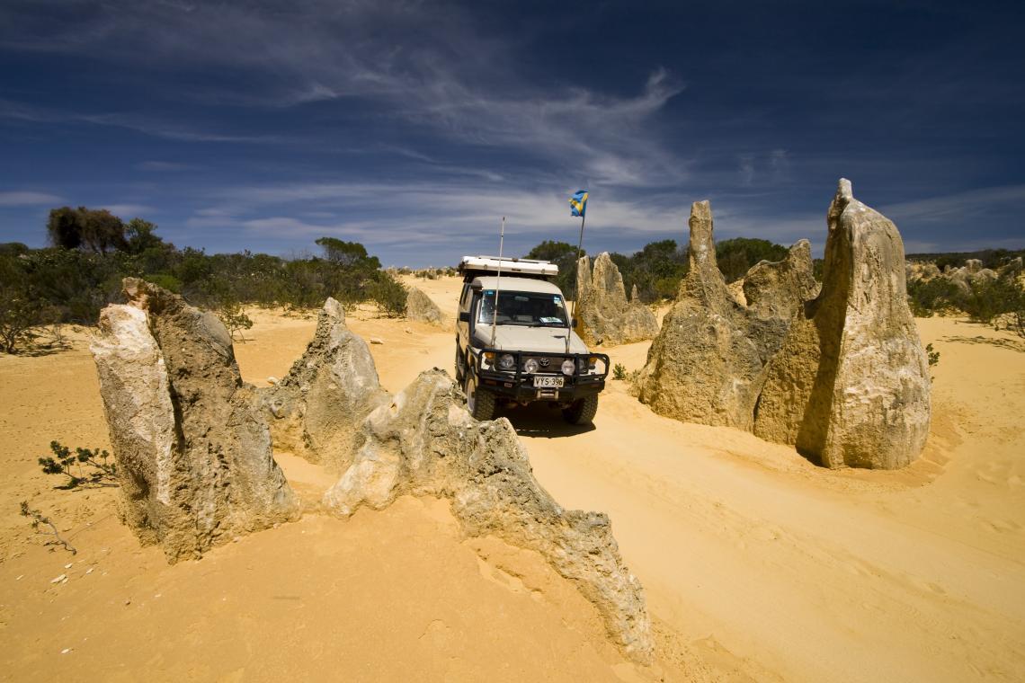 Превозното средство с висока проходимост пресича кулите на Пинакълс в Западна Австралия.