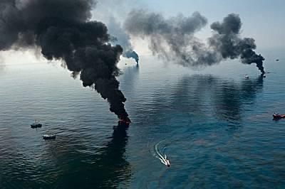 Пушек се издига от нефта по повърхността на водата, който екипите по почистването изгарят близо до взривената сондажна платформа Deepwater Horizon. Кл...