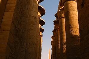 В храма в Карнак се намира легендарната Хипостилна зала - това е нещо грандиозно по размери. Дълга е 102 м и е широка 53 м. В нея има 134 огромни коло...