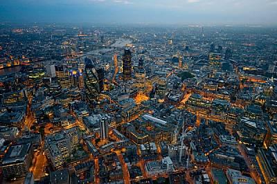 АнглияСветнал като разжарена пещ нощем, Лондон става най-големият град в света по време на захранваната с въглища индустриална революция, накланяйки в...
