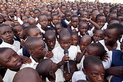 УгандаУченици, сред които и сираци от войната, са се събрали сутринта в училищен двор в северния град Лира. Половината от 34-милионното население на У...