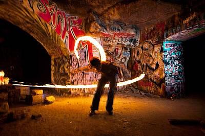 Жонгльорът Луи завихря светли ивици във въздуха на едно събиране в стара кариера. Над 300 км тунели се вият под основите на Париж, като почти всичките...