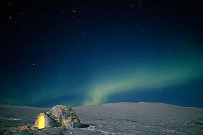 Иглу в Аляска на фона на северното сияние