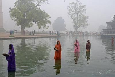 Поклонници отправят молитвипо време на фестивала Чат в Ню Делхи на 6 ноември.
