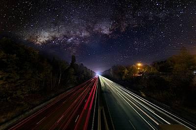 Млечният път осветява натоварена магистрала