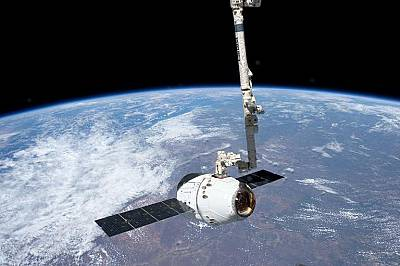 Корабът SpaceX Dragon се приземява с Международната космическа станция на 25 май 2012 г.