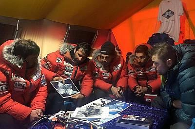 Базовият лагер. Чикон показва на екипа си карта на планината и обсъждаткъде да бъдат поставени фиксиращите въжета