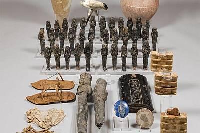 В гробницата на Нефертари са открити десетки дървени фигурки и керамика с нейния образ