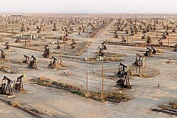 Петролният векСаут Белридж, Калифорния, САЩ Изпомпването на нефт от откритото през 1911 г. поле продължава. Междувременно градовете биват преустройван...